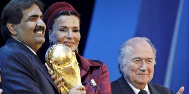 El Jeque Hamad bin Khalifa Al-Thani (izq.), emir de Qatar y su esposa Moza bint Nasser Al-Missned (c) sostienen la Copa del Mundo junto al presidente de la FIFA Joseph S. Blatter. (EFE/Archivo)